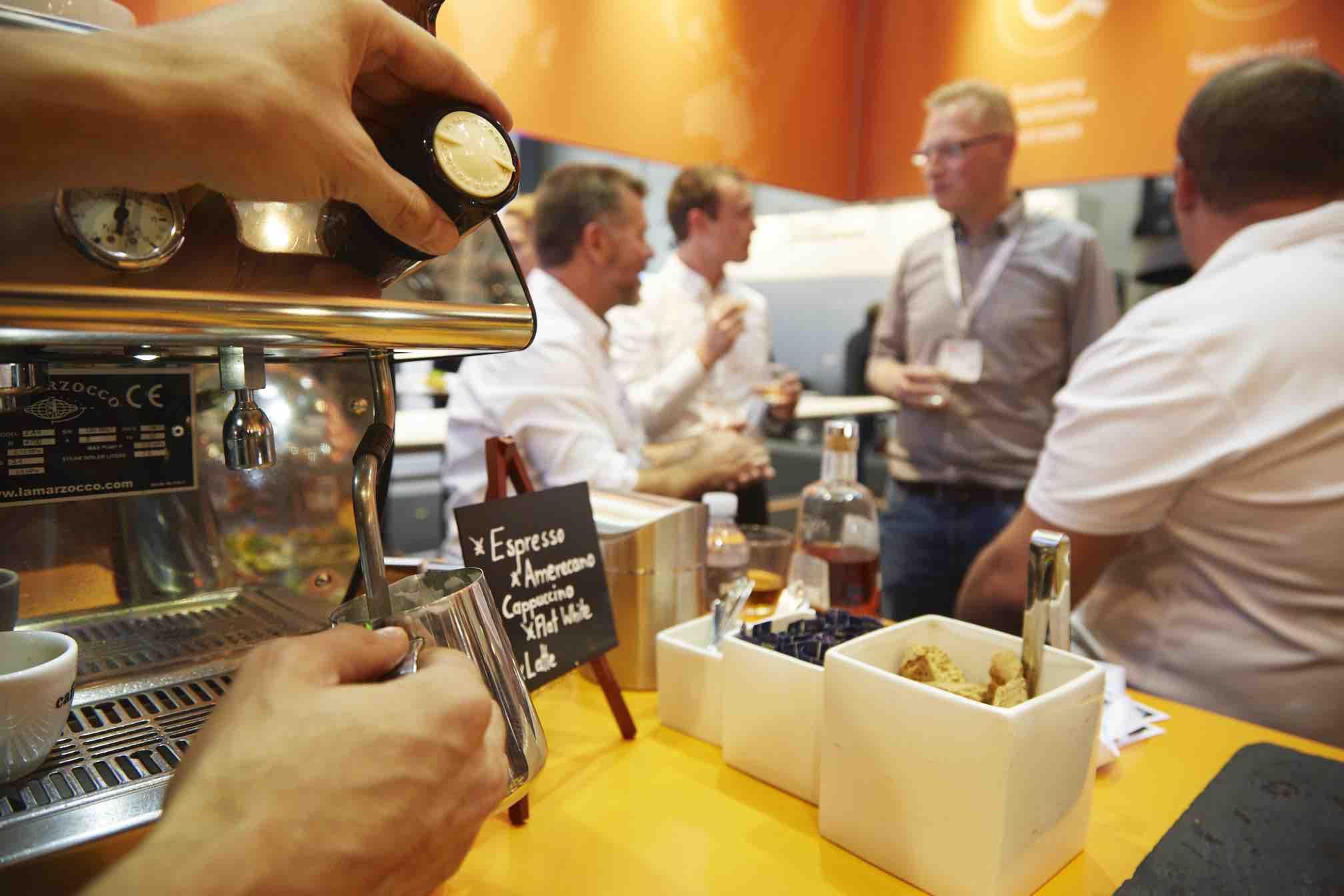 Geschäftsleute an der mobilen Kaffeebar