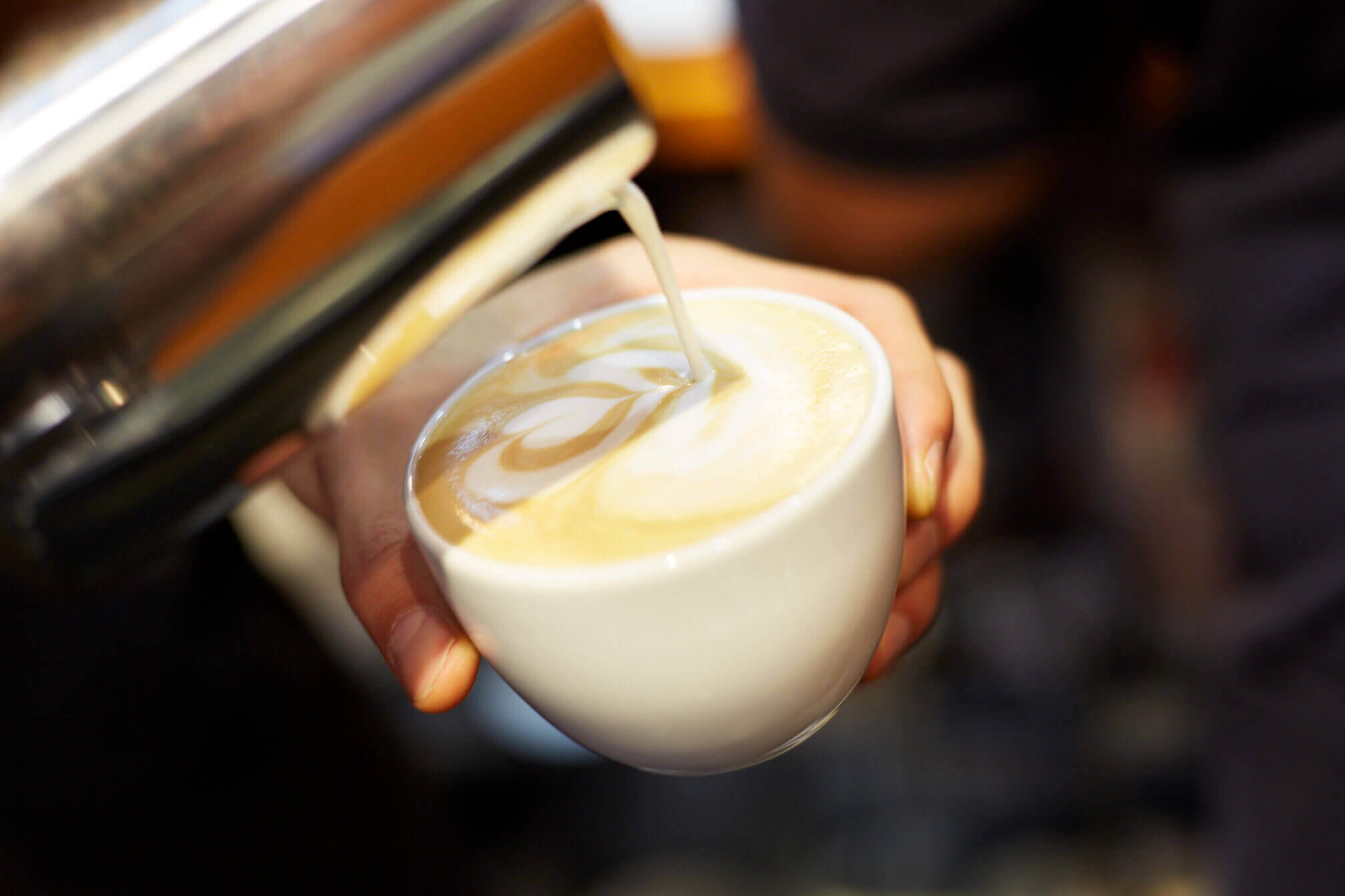 Nahaufnahme Tasse mit Latte Art